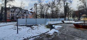 9 marca 2021 r. Brak tablic informacyjnych na budowie placu.
